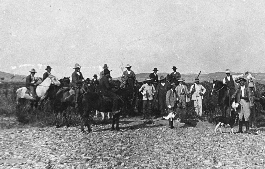 Questa fotografia, concessa dal Gruppo fotografico pientino, raffigura un gruppo di cacciatori di tallurini dopo la battuta di caccia, nel 1907